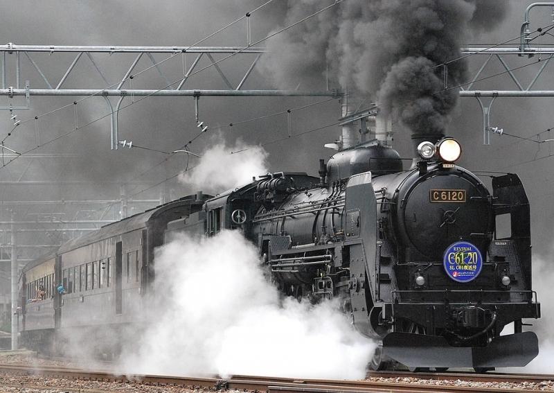 In Treno attraverso paesaggi innevati del Giappone